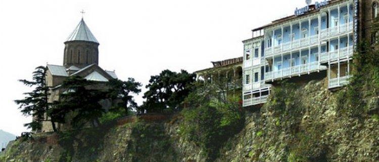 Metechijska świątynia (twierdza) oraz Hotel Ołd Metechi na zboczu góry
