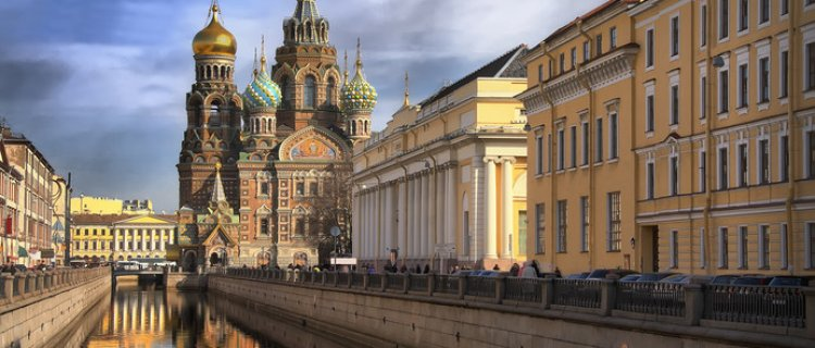 Pałace i Cerkiew Zbawiciela na Krwi na tle Newy
